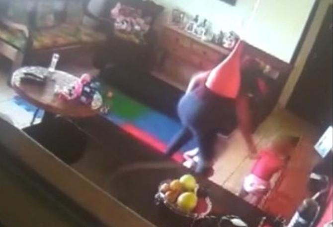 Pais instalam câmeras em casa e flagram babá agredindo criança de um ano em Bom Despacho
