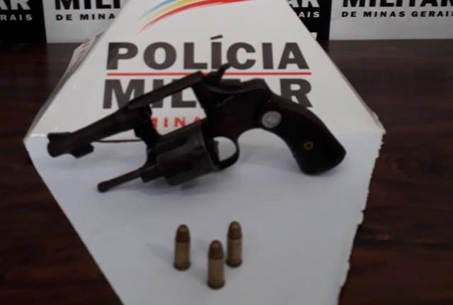 Dupla rouba carro, fura bloqueios da polícia, mas é presa em Divinópolis