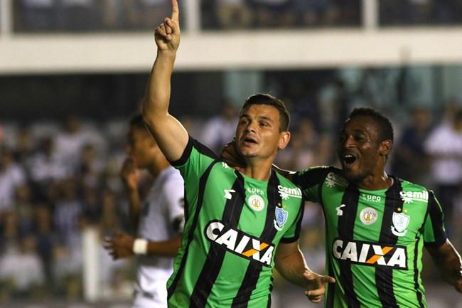 Ruy marca de pênalti, América bate o Santos e consegue primeira vitória como visitante