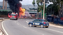 Carreta com 25 mil litros de etanol pega fogo em frente a shopping e trava trânsito em Contagem
