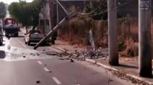 Caminhão bate em poste na Avenida JK