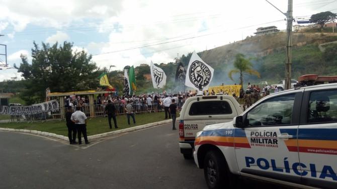 Torcedores do Atlético protestam contra jogadores na Cidade do Galo