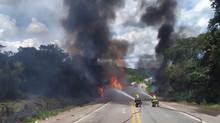 Caminhão tomba e pega fogo na BR-494, em Divinópolis