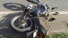 Motociclista fica ferido após acidente com caminhão em Itaúna