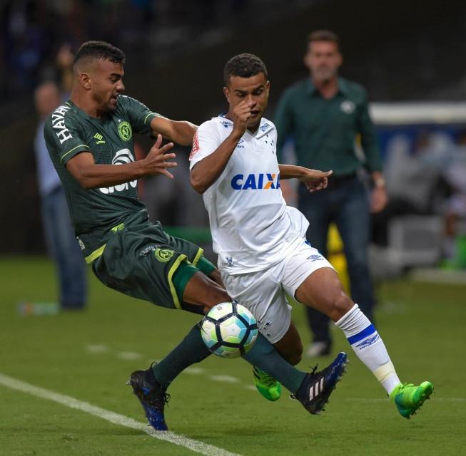 'Mais descansado', Cruzeiro tenta desbancar bons números da Chape na Arena Condá
