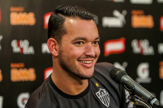 Após exames em BH, Réver ainda aguarda 'ok' de Inter e Flamengo para assinar com o Atlético