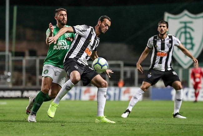 'Campanha de time que está pedindo para cair', diz Réver após 11ª derrota nos últimos 15 jogos