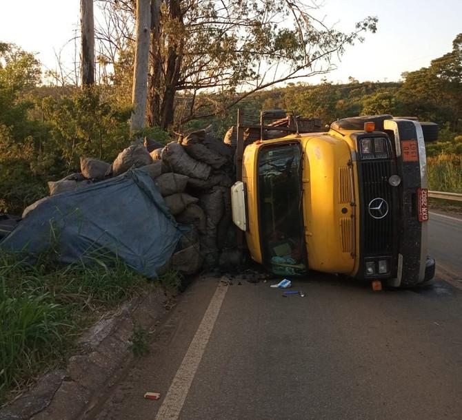 Caminhão carregado com carvão tomba na BR-352 em Pitangui