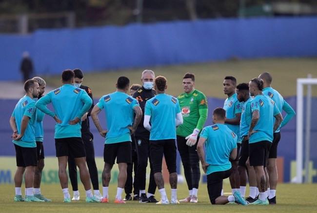 Seleção treina com grupo completo e Tite indica mudanças para jogo contra Peru
