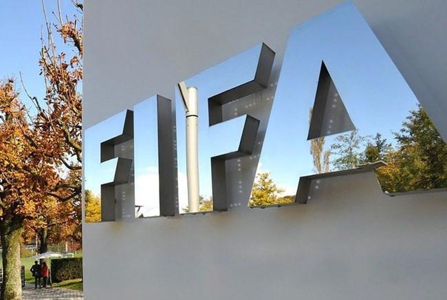Diretor médico da Fifa diz que partidas não devem ser jogadas até setembro por causa da covid-19