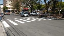 Prefeitura de Itaúna inicia pintura de faixas na Praça Doutor Augusto Gonçalves