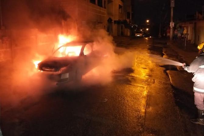 Casal e bebê saem ilesos após carro pegar fogo em Nova Serrana