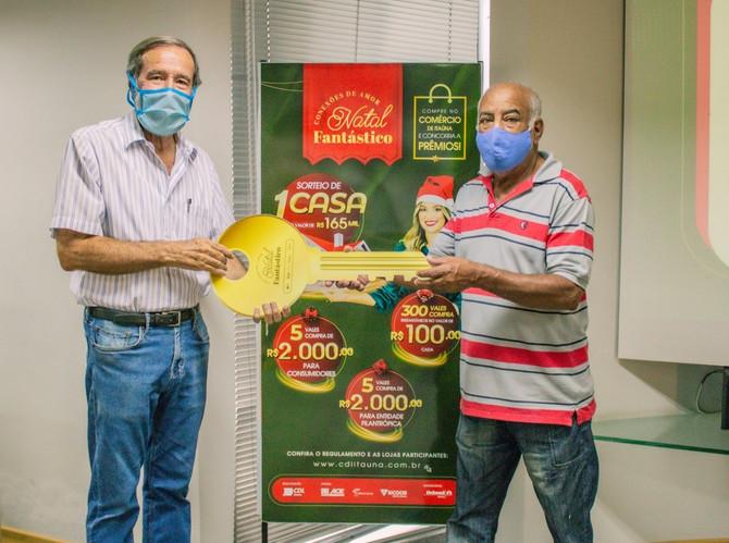"""Ganhadores da campanha """"Natal Fantástico: Conexões de Amor"""" recebem simbolicamente seus prêmios"""