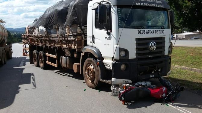 Motociclista morre ao atravessar BR-262 e ser atingido por caminhão em Igaratinga