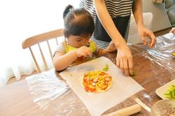 野菜ぱくぱくキッチン。小さなおててでピザを作りました!