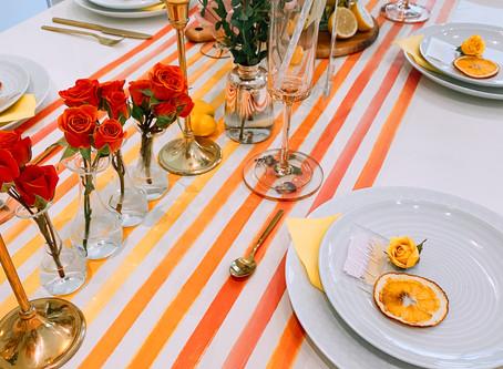 Descubre cómo hacer un 'table setting' de 'bright colors' (+ receta de sangría)