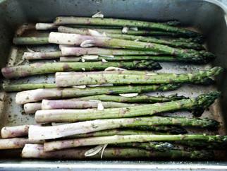 A healthilicious recipe (= healthy + delicious recipe) for roasted garlic asparagus with fresh mozza