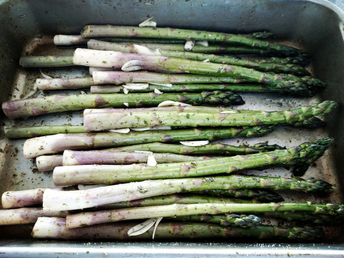 A healthilicious recipe (= healthy + delicious recipe) for roasted garlic asparagus with fresh mozza