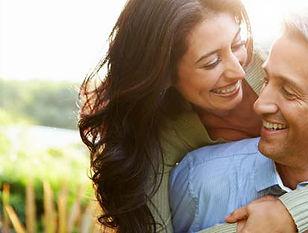 pareja-esposos-sonriendo-felices-en-camp