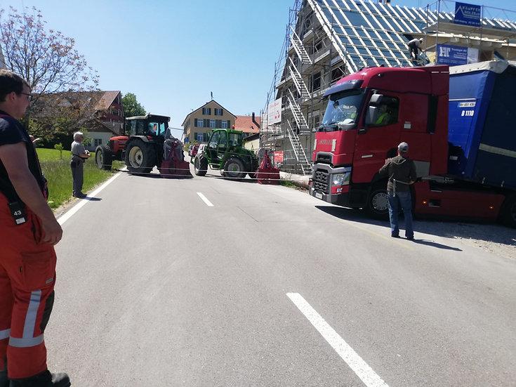 Strasse sperren für LKW Bergung