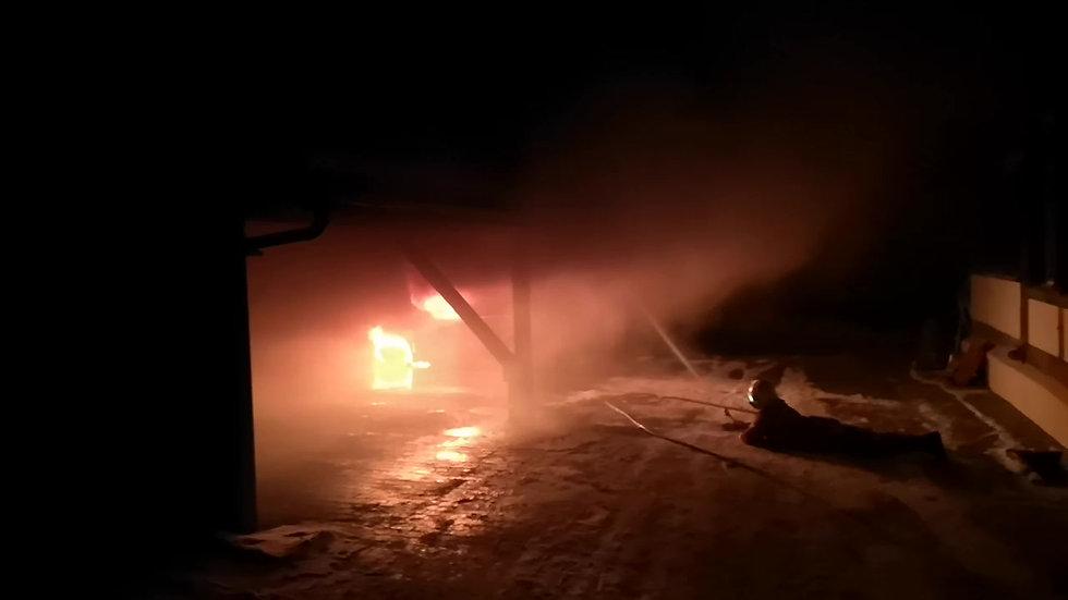 Fahrzeugbrand in Unterstand