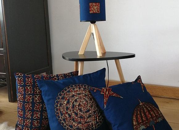 Lampe de table trépied en bois et coussins assortis