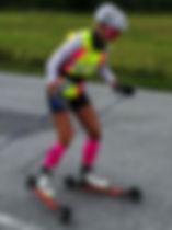 Julie Waltenberg sonses av FF Rollerskis as i god fart med de nye skia