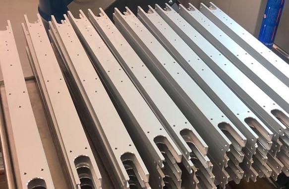 flere rader med Skate silver rulleski rammer med ferdig drillet hull til bindinger