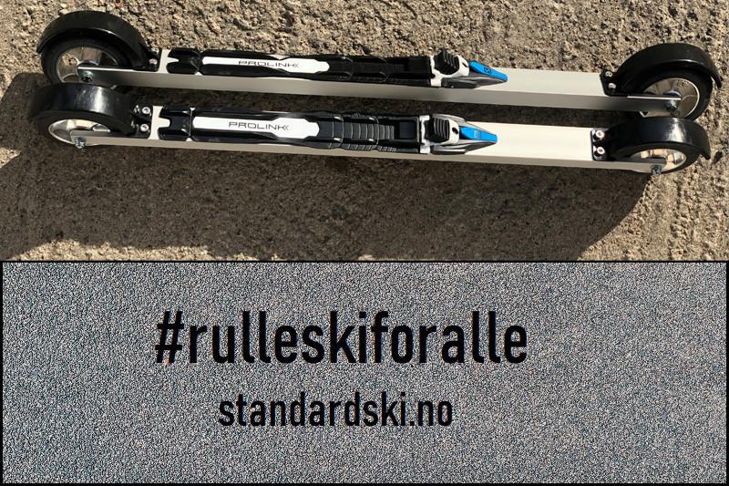 ett par standardski skate rulleski ligger på asfalten med #rulleskiforalle og standardski.no nettadressen