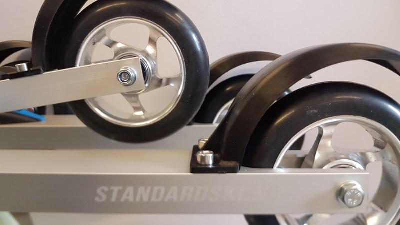Skate silver rulleski med standardski logo, sorte skjermer og hjul med blanke felger og sort