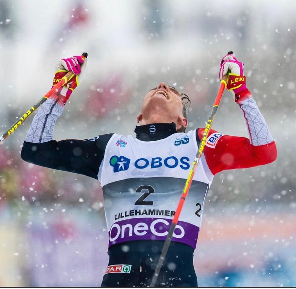 vinner bilde av vår ambassadør Didrik Tønseth snø bilde hvor han ser opp i luften og roper av glede, holder to staver og har på seg løpsnummer 2 på brystet