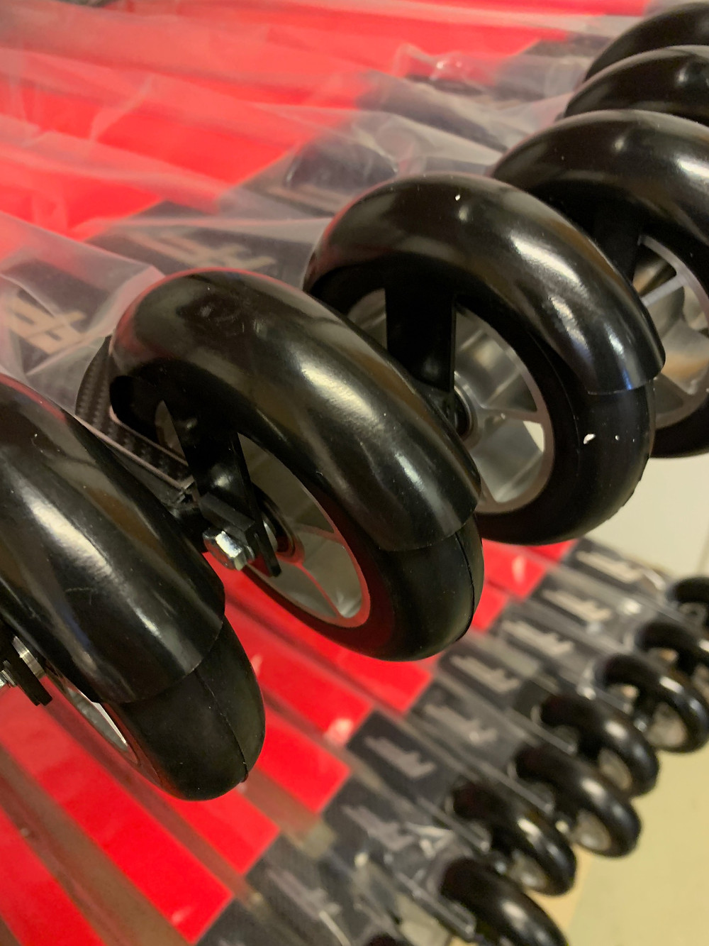 Nærbilde av de nye rulleskia ff skate med nye sorte skjermer, skia ligger fremdeles i plastikk, hjul med blanke felger