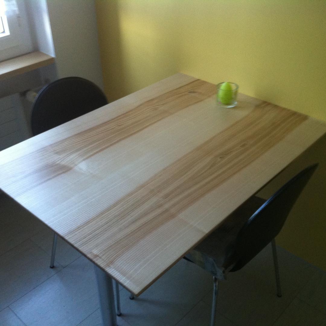 Tisch mit Wandhalterung