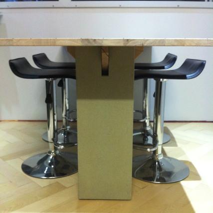 Tisch mit Sandsteinsockel