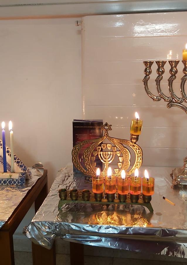 חנוכיות בבית משפחת ענבר, רמות, ירושלים.