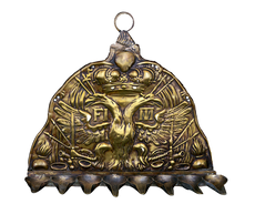 מנורת חנוכה עשויה לוחית מכובע חייל בצבא האוסטרי, אוסטריה, 1748 בקירוב, פליז ובדיל מוטבע
