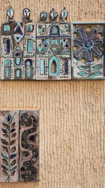 למעלה: סמלי השבטים ראובן  (צמח הדודאים) ושמעון (העיר שכם) למטה: סמלי השבטים דן (נחש) ויוסף (חיטה)