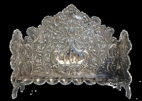 מנורת חנוכה עומדת, איטליה, המאה ה-18, כסף רקוע, מוטבע וחקוק