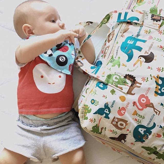 otrok_z_večnamensko_torbo