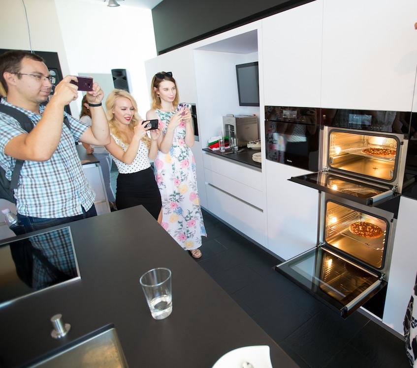 Blogerji med fotografiranjem pice