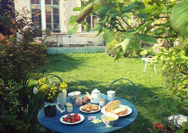 Petit déjeuner dans le jardin de la mais