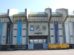 Escudos_y_puerta_en_el_estadio_de_Anoeta.jpg