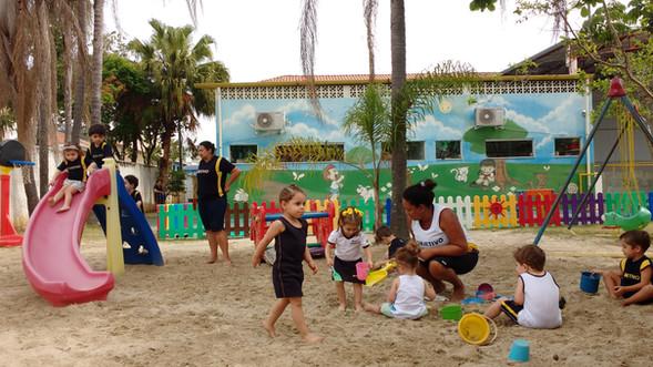 Playground com diversos brinquedos