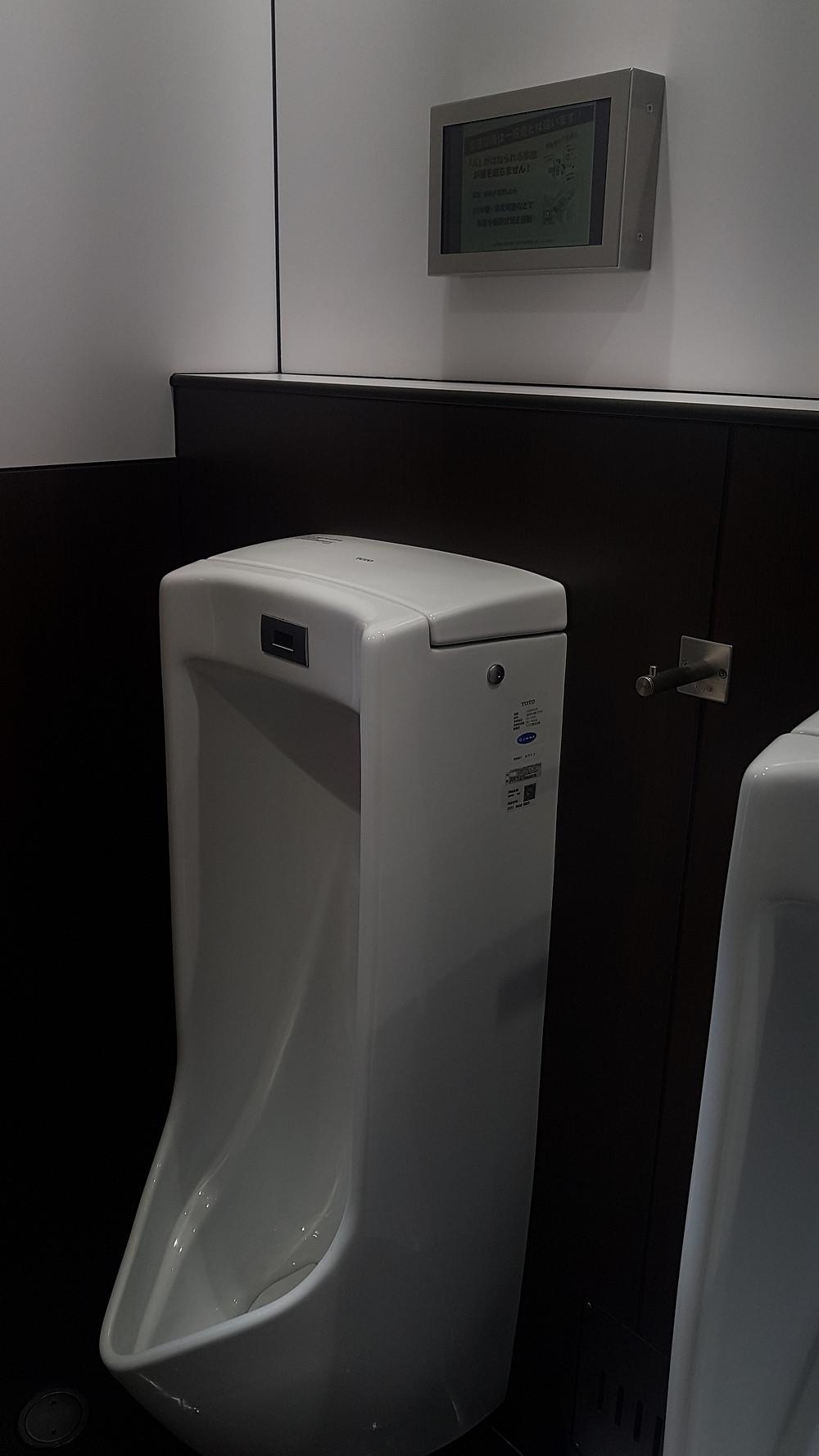 Urinario con television