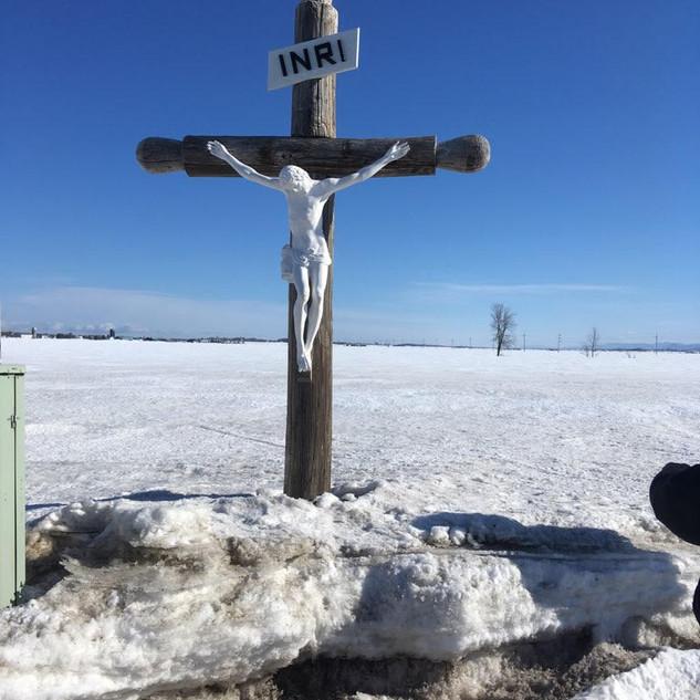 Installation de la nouvelle statue du Christ sur la croix du chemin Morigeau à St-François