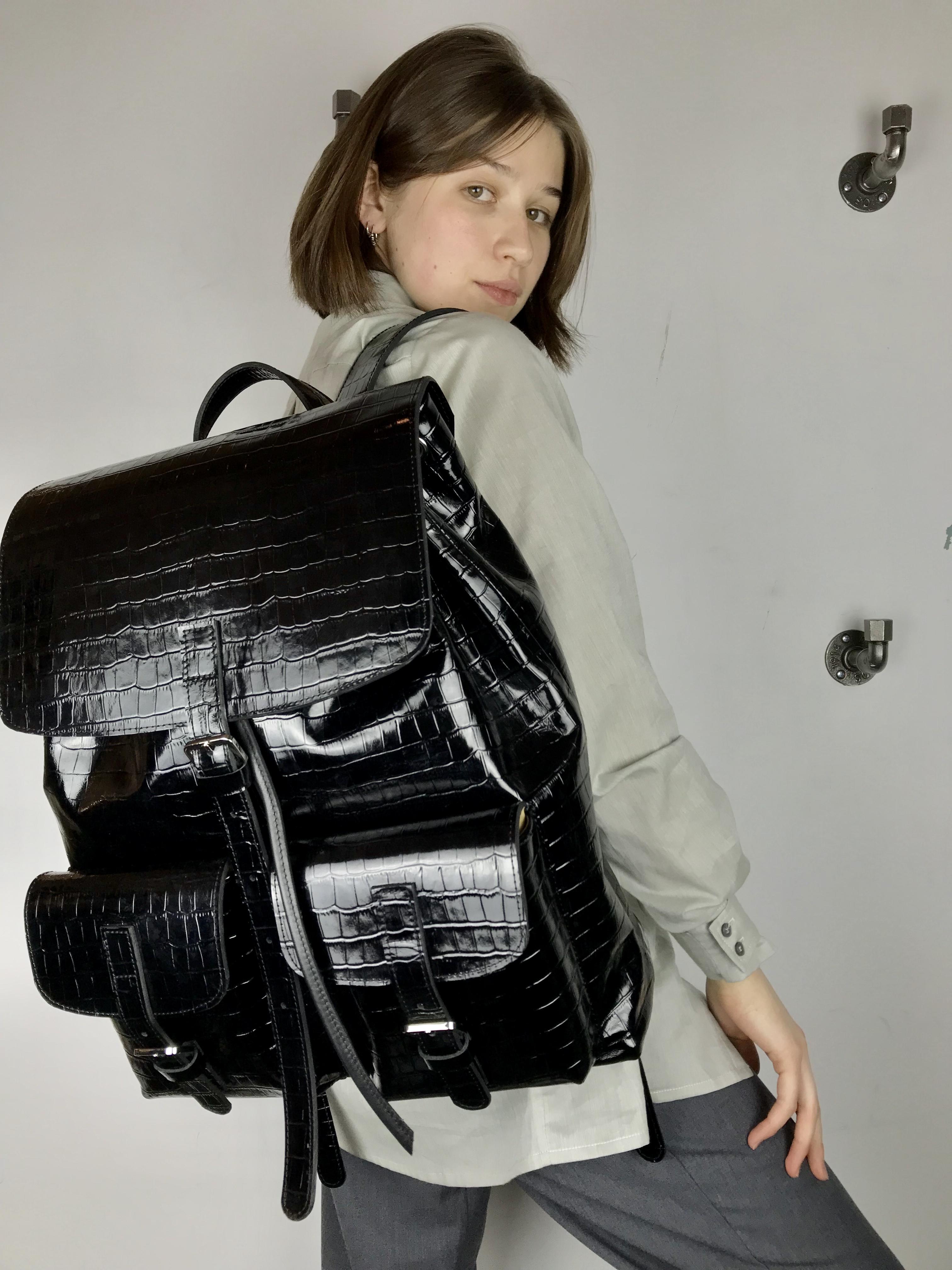 Thumbnail: Объемный рюкзак из кожи под крокодила
