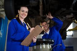 mecanique-preparant-une-liste-de-controle_1170-1540