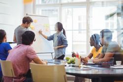 les-dirigeants-d-39-entreprises-de-discuter-avec-leurs-collegues-sur-whiteboa_1170-1837