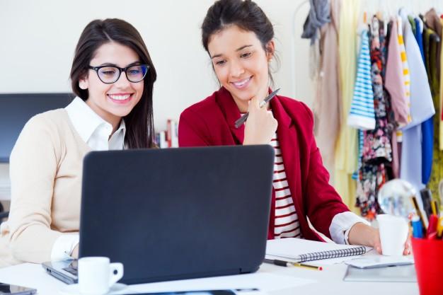 les-jeunes-femmes-d-39-affaires-travaillant-sur-ordinateur-portable_1301-1034