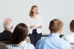 femme-d-39-affaires-donnant-une-conference_1262-804
